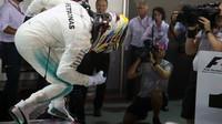 Lewis Hamilton se raduje z vítězství v závodě v Singapuru