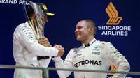 Valtteri Bottas gratluje Lewisovi Hamiltonovi k výhře v závodě v Singapuru