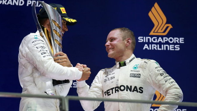 Valtteri Bottas gratuluje Lewisovi Hamiltonovi k výhře v Singapuru
