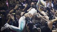 Lewis Hamilton slaví vítězství po závodě v Singapuru