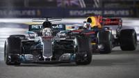 Lewis Hamilton ve Velké ceně Singapuru před Danielem Ricciardem
