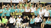 Tým Mercedesu oslavuje po vítězném závodě v Singapuru