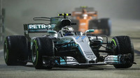 Valtteri Bottas v závodě v Singapuru