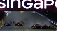 Nepříjemná kolize vozů Ferrari při startu závodu v Singapuru
