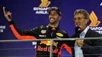 Daniel Ricciardo na pódiu v rozhovoru s Eddie Jordanem v Singapuru