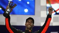 Daniel Ricciardo na pódiu se svou trofejí po závodě v Singapuru