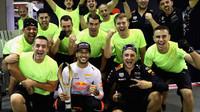 Daniel Ricciardo se svými mechaniky po závodě v Singapuru