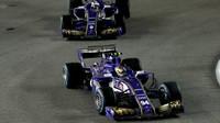 Pascal Wehrlein a Marcus Ericcson v závodě v Singapuru