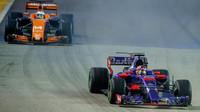 Daniil Kvjat a Fernando Alonso v závodě v Singapuru