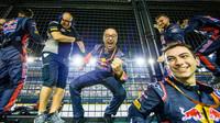Mechanici Carlose Sainze se raduji z čtvrtého místa v závodě v Singapuru