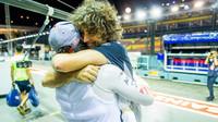 Carlos Sainz a Marco Matassa se radují z čtvrté příčky v závodě v Singapuru