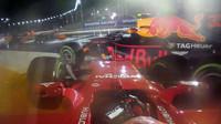Kimi Räikkönen po nehodě před sebou hrne Red Bull Maxe Verstappena