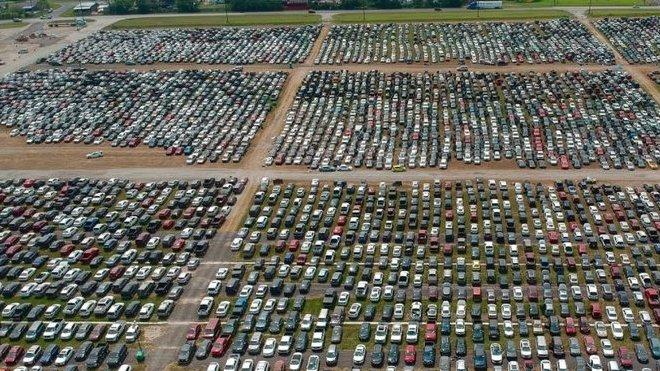 Desetitisíce automobilů poškozených hurikánem Harvey čekají na sešrotování (Instagram:  texasaerials)