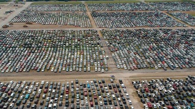Desetitisíce automobilů poškozených hurikánem Harvey čekají na sešrotování