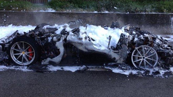 nehoda vzácného Ferrari F12 TDF (cena přes milion $, jen 799 kusů)