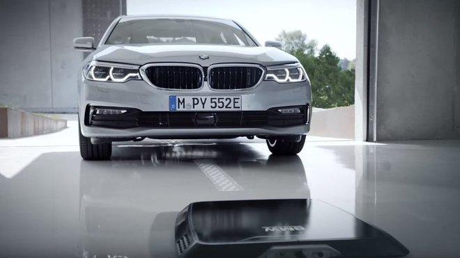 BMW 530e iPerformance poprvé nabídne bezdrátové nabíjení