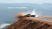 Ken Block pokořil legendární Pikes Peak v nové verzi svého upraveného Mustangu Hoonicorn V2
