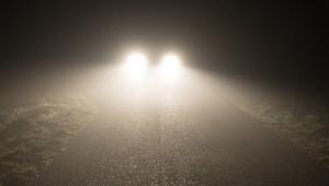 Kdy používat mlhovky, proč sledovat patníky a co o tom říká silniční zákon? - anotační obrázek