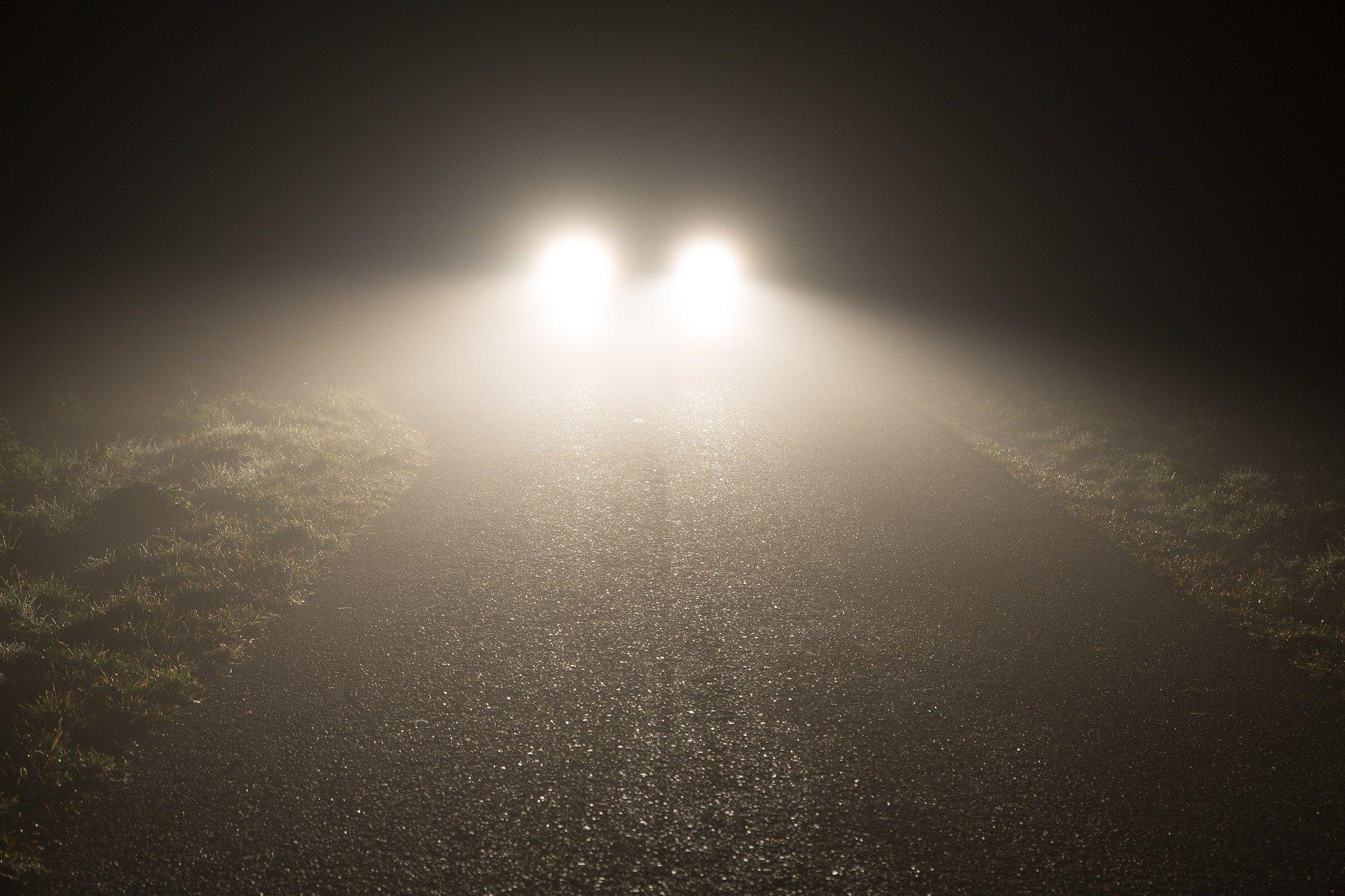 Kdy používat mlhovky, proč počítat patníky a co o tom říká silniční zákon? - anotační obrázek