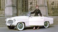 Zhruba dvě třetiny všech vyrobených vozů Škoda 450 byly dodány zákazníkům v zahraničí. Na fotografii Viléma Heckela je roadster zachycen ve společnosti Miss USA 1957 Charlotte Sheffield.