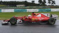 Sebastian Vettel za deštivého tréninku v Malajsii