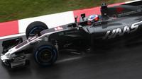 Romain Grosjean za deštivého tréninku v Malajsii