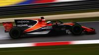 Fernando Alonso s ochranou kokpitu v tréninku v Malajsii