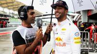Daniel Ricciardo v rozhovoru s Karunem Chandhokem za deštivého tréninku v Malajsii