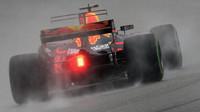 Daniel Ricciardo za deštivého tréninku v Malajsii