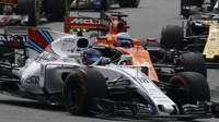 Lance Stroll a Felipe Massa po startu závodu v Malajsii