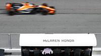 Fernando Alonso a boxová zídka McLarenu v Malajsii