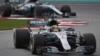 Lewis Hamilton a Valtteri Bottas v závodě v Malajsii