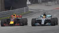 Max Verstappen předjíždí Lewise Hamiltona v závodě v Malajsii
