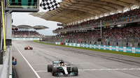 Lewis Hamilton v cíli závodu v Malajsii