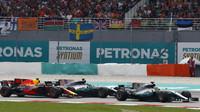 Lewis Hamilton, Max Verstappen a Valtteri Bottas v závodě v Malajsii