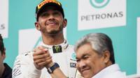 Lewis Hamilton na pódiu po závodě v Malajsii