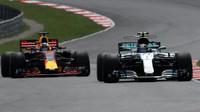 Daniel Ricciardo a Valtteri Bottas v závodě v Malajsii
