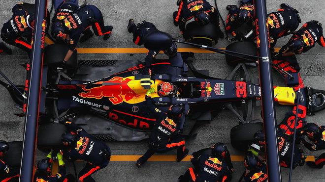 Max Verstappen u svých mechaniků