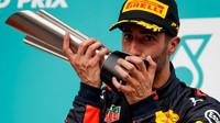 Danie Ricciardo se svou trofejí na pódiu po závodě v Malajsii