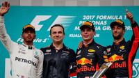 Lewis Hamilton, Daniel Ricciardo a Max Verstappen oslavují na pódiu po závodě v Malajsii
