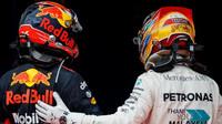 Lewis Hamilton a Max Verstappen po závodě v Malajsii