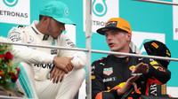 Max Verstappen a Lewis Hamilton diskutují na pódiu po závodě v Malajsii
