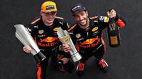 Daniel Ricciardo a Max Verstappen oslavují na pódiu po závodě v Malajsii