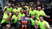 Max Verstappen se raduje se svými mechaniky z vítězství v závodě v Malajsii