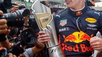 Max Verstappen a jeho trofej po závodě v Malajsii