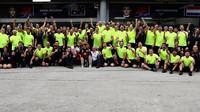 Tým Red Bull se raduje z vítězství v závodě v Malajsii