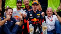 Max Verstappen se raduje z vítězství v závodě v Malajsii