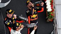 Nejlepší piloti na pódiu po závodě v Malajsii