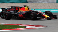 Max Verstappen předjíží Lewise Hamiltona v závodě v Malajsii