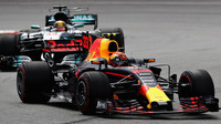 Max Verstappen a Lewis Hamilton v závodě v Malajsii